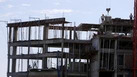 Trabajadores de la construcción en Asunción, Paraguay. 30 de abril de 2015. El Banco Central paraguayo subió el jueves la estimación de crecimiento económico para el 2016 a 3,5 por ciento desde un 3,0 por ciento anterior, por un mayor dinamismo de la ganadería, la industria cárnica y la construcción, así como de la producción de energía eléctrica, informó la entidad. REUTERS/Jorge Adorno