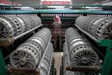 Usine textile à Pyongyang. L'économie nord-coréenne s'est contractée de 1,1% en 2015, un rythme sans précédent en huit ans, montrent des estimations publiées vendredi par la banque centrale de Corée du Sud.. /Photoprise le 9 mai 2016/REUTERS/Damir Sagolj