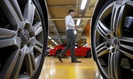Concession VW à Séoul. Volkswagen a annoncé vendredi la suspension de la vente de la plupart de ses modèles en Corée du Sud à partir du 25 juillet, une nouvelle conséquence du scandale du trucage des tests anti-pollution. /Photo prise le 2 octobre 2015/REUTERS/Kim Hong-Ji