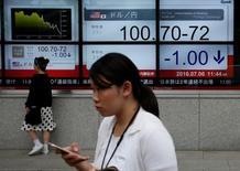 """Mujeres pasan delante de unas pantallas que muestras información bursátil, afuera de una correduría en Tokio, Japón. 6 de julio de 2016. Las bolsas de Asia caían el viernes luego de que unos resultados débiles frenaron un repunte en Wall Street, y el yen mantenía las ganancias que anotó cuando el gobernador del Banco de Japón desestimó la necesidad de ofrecer un estímulo conocido como """"lluvia de dinero"""". REUTERS/Issei Kato"""