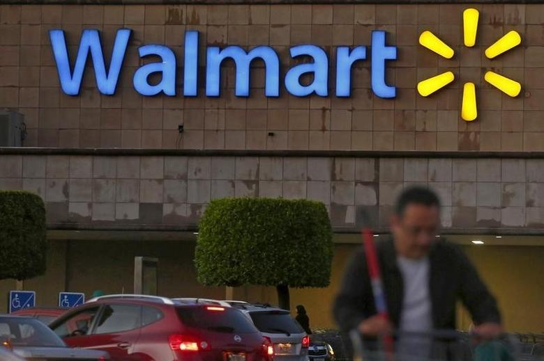 A shopper pushes a cart in front of a Wal-Mart store in Mexico City March 24, 2015. REUTERS/Edgard Garrido
