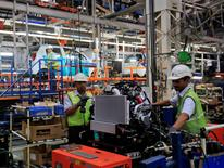 Employees work inside the General Motors plant in Talegaon, about 118 km (73 miles) from Mumbai September 4, 2012. REUTERS/Danish Siddiqui