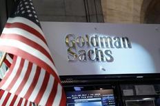 Goldman Sachs, à suivre mardi sur les marchés américains. La Réserve fédérale prépare des mesures de rétorsion à l'encontre de la banque d'investissement en réponse à la fuite de documents gouvernementaux confidentiels dont a bénéficié l'un de ses employés, selon le New York Times. /Photo d'archives/REUTERS/Brendan McDermid