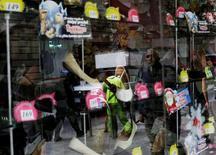 Un hombre se refleja en una ventana de una tienda en el centro de Ciudad de México. 21 de noviembre de 2014. La actividad económica de México (IGAE) se expandió un 1.0 por ciento en mayo contra el mes previo, apoyada en gran medida en el consumo interno y en el repunte de la industria vinculada a Estados Unidos, mostraron el martes cifras oficiales. REUTERS/Carlos Jasso/File Photo