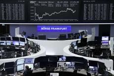 Operadores trabajando en la Bolsa de Fráncfort, Alemania. 26 de julio de 2016. Las acciones europeas cerraron con leves ganancias el martes sostenidas por los avances de los sectores cuidado de la salud y consumo masivo, pese a la persistente preocupación por el sistema bancario de la región. REUTERS/Staff/Remote