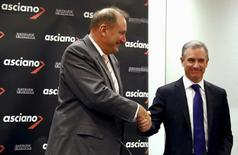 Brookfield Infrastructure Chief Executive Sam Pollock (R) shakes hands with Asciano Ltd Chief Executive Officer (CEO) John Mullen after a media conference in Sydney, Australia, August 18, 2015.   REUTERS/David Gray/File photo