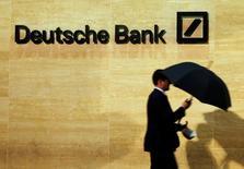 Офис Deutsche Bank в Лондоне. Deutsche Bank предупредил о возможном ужесточении программы экономии, чтобы поправить дела после резкого падения выручки во втором квартале в условиях низких процентных ставок и волатильности рынков, которые оказывают давление на бизнес.  REUTERS/Luke MacGregor/File Photo