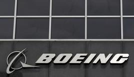 Boeing a annoncé mercredi sa première perte trimestrielle depuis près de sept ans, en raison de charges liées aux programmes 787, 747 et KC-46, un avion de ravitaillement en vol. /Photo d'archives/REUTERS/Jim Young