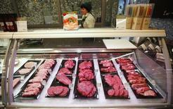 Холодильник с мясом в магазине в Москве. 19 августа 2014 года. Потребительские цены в России с 19 по 25 июля 2016 года выросли на 0,1 процента, как и в предыдущие две недели, сообщил Росстат. REUTERS/Maxim Zmeyev