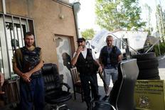 Вооруженные люди внутри захваченного полицейского участка в Ереване 23 июля 2016 года. Вооруженные люди, захватившие десять дней назад полицейский участок в столице Армении и выдвинувшие политические требования, в среду взяли в заложники нескольких медиков, сообщило МВД. Vahan Stepanyan/PAN Photo/Handout via REUTERS