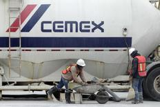 Un camión de Cemex en Monterrey, México, feb 24, 2015. Cemex Inc invertirá cerca de 10 millones de dólares para reducir las emisiones que causan una dañina contaminación ambiental en cinco de sus cementeras y poner fin a supuestas violaciones a la Ley de Aire Limpio, bajo un acuerdo anunciado el miércoles por el Departamento de Justicia y la Agencia de Protección Ambiental de Estados Unidos. REUTERS/Daniel Becerri