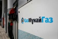 Логотип Казмунайгаз на газозаправочной станции в Алма-Ате. Казмунайгаз оспорил арест властями Румынии нефтеперерабатывающего завода на Черном море и других активов, принадлежащих казахстанскому нефтегазовому госхолдингу и компании Rompetrol Rafinare, заявив о намерении обратиться в международный арбитраж, если решение не будет найдено.  REUTERS/Shamil Zhumatov