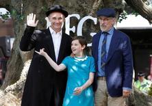 """Ator Mark Rylance (E), atriz Ruby Barnhill (C) e diretor Steven Spielberg (D) durante pré-estreia do filme """"O Bom Gigante Amigo"""" em Londres 17/07/2016 REUTERS/Paul Hackett"""