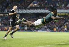 Seabelo Senatla of South Africa dives to score a try against New Zealand during the gold medal match of the Rugby Sevens at the 2014 Commonwealth Games in Glasgow, Scotland, July 27, 2014.   REUTERS/Russell Cheyne