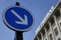 Штаб-квартира BNP Paribas в Париже. BNP Paribas не смог нарастить прибыль во втором квартале, поскольку его розничный бизнес во Франции пострадал из-за падения дохода до вычета налогов, вызванного низкими процентными ставками и снижением комиссионных вознаграждений.  REUTERS/Mal Langsdon