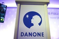Логотип Danone на пресс-конференции в Париже. Французская продуктовая группа Danone в четверг отчиталась о большем, чем ожидалось, росте операционной прибыли в первом полугодии, чему способствовали контроль за уровнем затрат и улучшение продаж ее профильного подразделения молочной продукции.   REUTERS/Charles Platiau