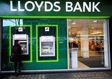 Lloyds Banking Group dijo el jueves que acelerará su plan de reducción de costes para ayudar a compensar un entorno económico más complejo y una probable disminución en la demanda de crédito tras la decisión de Reino Unido de salir de la Unión Europea. En la imagen de archivo, una mujer utiliza un cajero en una sucursal de Londres, 25 de febrero de 2016.   REUTERS/Paul Hackett