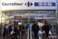 Покупатели выходят из магазина Carrefour в Шанхае. Операционная прибыль второго крупнейшего в мире ритейлера Carrefour увеличилась на 5,3 процента в первой половине текущего года, тогда как рост продаж замедлился во втором квартале, отражая сложную обстановку на ее основном рынке - во Франции, а также сокращение потребления в Китае.  Claro Cortes / Reuters