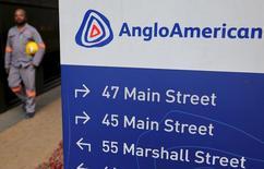 Указатель рядом с офисом Anglo American в Йоханнесбурге. Горнорудная компания Anglo American сообщила в четверг, что сократила чистый долг благодаря агрессивному урезанию расходов, хотя второе полугодие и обещает быть для компании непростым. REUTERS/Siphiwe Sibeko
