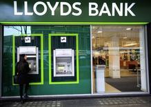 Банкоматы в лондонском отделении Lloyds. Крупнейший розничный банк Великобритании Lloyds Banking Group сообщил, что намерен форсировать план экономии средств, чтобы противодействовать усложняющейся экономической обстановке и вероятному спаду спроса на кредиты после голосования Великобритании в пользу выхода из ЕС.. REUTERS/Paul Hackett/File Photo