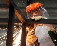 Un trabajador en la planta Gottert en Garín, Argentina, mayo 20, 2016. La producción industrial de Argentina cayó un fuerte 6,4 por ciento interanual en junio, dijo el jueves el Gobierno, una cifra que se ubicó por encima con las previsiones de analistas consultados por Reuters.  REUTERS/Enrique Marcarian