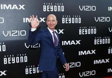 """El presidente ejecutivo de Amazon.com, Jeff Bezos, a su llegada a la premier mundial de """"Star Trek Beyond"""" en San Diego, California, EEUU, 20 de julio de 2016.  Jeff Bezos, el fundador y presidente ejecutivo de Amazon.com Inc, se convirtió en el tercer hombre más rico del mundo al superar a Warren Buffett, jefe ejecutivo de Berkshire Hathaway Inc, dijo el jueves la revista Forbes. REUTERS/Mike Blake"""