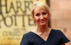 """La escritora J.K. Rowling posa para los fotógrafos en la gala de presentación de la obra """"Harry Potter and the Cursed Child"""" en Londres. 30 julio 2016. Harry Potter hizo su último truco de magia, aseguró su creadora, J.K. Rowling, en la gala de apertura de """"Harry Potter and the Cursed Child"""" en el distrito de los teatros londinense del West End el sábado. REUTERS/Neil Hall"""
