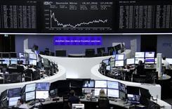 Фондовая биржа Франкфурта-на-Майне. Акции Европы выросли в начале торгов понедельника благодаря подъему банковского сектора после того, как результаты стресс-тестов европейских кредиторов не принесли неприятных сюрпризов. REUTERS/Staff/Remote