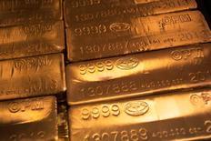 Barras de oro de 24 kilates en West Point, EEUU, jun 5, 2013. El oro cerró con escasos cambios el lunes, rondando justo por debajo del máximo de casi tres semanas de la sesión anterior, después de que los inversores redujeron sus expectativas de un alza de las tasas de interés de Estados Unidos en el corto plazo.     REUTERS/Shannon Stapleton/File Photo