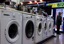 Los precios de producción de la zona euro crecieron más de lo esperado en junio por segundo mes consecutivo, impulsados por el alza de los precios de la energía, según las cifras publicadas el martes por la oficina estadística de la Unión Europea, Eurostat. En la imagen de archivo, se ve a un hombre de pie junto a la sección de lavadoras de una tienda de electrodomésticos en Madrid, el 29 de enero de 2015. REUTERS/Sergio Pérez