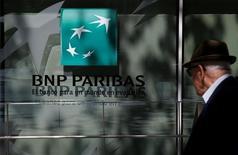 """Le secteur bancaire souffre sur les marchés financiers européens, après les """"stress tests"""" publiés vendredi, et c'est le cas à Paris où à mi-séance BNP Paribas recule de 3,56%. /Photo prise le 7 juin 2016/REUTERS/Juan Medina"""