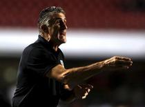 Novo técnico da seleção argentina, Edgardo Bauza, durante partida do São Paulo na Libertadores.  05/04/2016        REUTERS/Paulo Whitaker