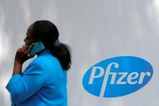 Логотип Pfizer на здании штаб-квартиры компании в Нью-Йорке. Pfizer отчиталась о более высоких, чем ожидалось, квартальной выручке и прибыли за счёт продаж новых лекарств и покупки компании Hospira.   REUTERS/Andrew Kelly
