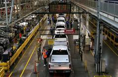 Imagen de archivo de la línea de inspección de Ford en Dearborn, EEUU, nov 11, 2014. General Motors Co y Ford Motor Co, las dos mayores automotrices estadounidenses, reportaron el martes ventas en julio que decepcionaron a Wall Street pero los resultados fueron robustos en general para la industria, pese a temores a que su largo crecimiento podría terminar pronto.  REUTERS/Rebecca Cook/File Photo