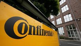 Continental a annoncé mercredi le relèvement de son objectif de rentabilité pour 2016, le fabricant de pneus et d'équipements automobiles allemand tirant ainsi la conclusion de performances du deuxième trimestre supérieures aux attentes. /Photo d'archives/REUTERS/Morris Mac Matzen