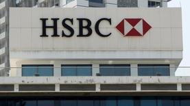 Логотип HSBC на здании оделения компании в Бейруте. HSBC сообщил в среду, что его прибыль от основной деятельности в первом полугодии упала на 29 процентов, немного не дотянув до прогнозов, так как на выручку крупнейшего банка Европы оказало давление замедление роста экономики на ключевых рынках - в Британии и Гонконге. REUTERS/ Aziz Taher