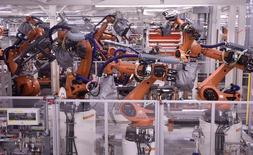 La actividad empresarial de la zona euro se expandió el mes pasado a un ritmo algo más rápido de lo pensado, ignorando en líneas generales el referéndum británico de junio, según mostró un sondeo el miércoles. En la imagen, robots de soldadura en una línea de producción del fabricante alemán Volkswagen en Wolfsburgo, Alemania, 20 de mayo de 2016. REUTERS/Fabian Bimmer/File Photo