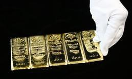 Золотые слитки в Вене. Цена золота в среду стабилизировалась, так как падение европейских фондовых индексов было компенсировано усилением доллара.  REUTERS/Leonhard Foeger