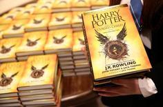 """Copias de """"Harry Potter and the Cursed Child"""" en una librería en Londres, jul 31, 2016. """"Harry Potter and the Cursed Child"""", el guión de la nueva obra de teatro estrenada en Londres con la octava historia de la saga del joven mago, vendió más de 680.000 copias en el Reino Unido en tres días, dijo el miércoles la editorial Little, Brown Book Group.  REUTERS/Neil Hall"""