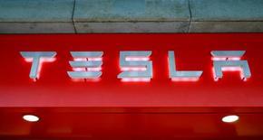 Логотип Tesla. Цюрих, 14 июля 2016 года. Tesla Motors Inc отчиталась о более сильном, чем ожидалось, квартальном убытке из-за повышения расходов на заводы по производству автомобилей и батарей и сообщила, что может стать прибыльной в случае достижения целевых уровней поставок. REUTERS/Arnd Wiegmann/File Photo