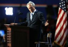 Ator Clint Eastwood se dirige a uma cadeira durante discurso na convenção republicana de 2012 em Tampa, na Flórida 30/08/2012 REUTERS/Jason Reed/Foto de arquivo