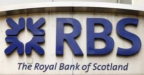 Логотип Royal Bank of Scotland на здании в Цюрихе 27 марта 2015 года. Royal Bank of Scotland в пятницу отчитался о росте убытка в первом полугодии, сообщил о новых расходах на урегулирование судебных дел на 1,3 миллиона фунтов стерлингов и отказе от выделения подразделения Williams & Glyn в самостоятельный банк на фоне подготовки к потрясениям для британской экономики после Brexit. REUTERS/Arnd Wiegmann/Files