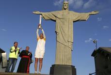 Ex-jogador da vôlei Isabel Barroso segurando tocha olímpica na estátua do Cristo Redentor.   05/08/2016        REUTERS/Pilar Olivares