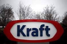 Le fabricant du fromage Kraft et du ketchup Heinz, à suivre vendredi à la Bourse de New York, a annoncé jeudi soir un bénéfice multiplié par quatre au titre du deuxième trimestre, grâce à la baisse des cours des matières premières et à des mesures agressives de réduction des coûts. L'action, en hausse de 17% cette année, gagnait 4,3% dans les échanges d'après-Bourse. /Photo d'archives/REUTERS/Jim Young