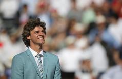 O ex-tenista brasileiro Gustavo Kuerten participa da cerimônia de troféus no Aberto da França no estádio Roland Garros em Paris, na França 07/06/2015 REUTERS/Gonzalo Fuentes