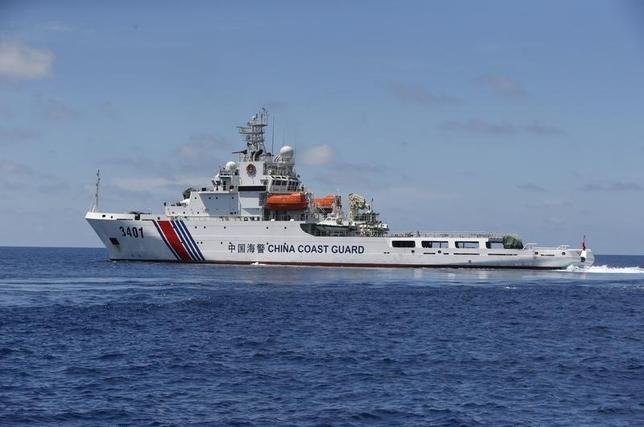 8月7日、日本が領土とみなす尖閣諸島(中国名:釣魚島)の接続水域を航行する中国公船が過去最多の13隻に増えた。うち2隻が午前に続いて再び領海へ入り、日本の外務省は中国に改めて抗議した。写真は、中国海警局の船舶。南シナ海で2014年3月撮影(2016年 ロイター/Erik De Castro)