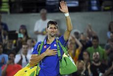 Tenista sérvio Novak Djokovic chora após derrota para argentino Juan Martin Del Potro na primeira rodada do torneio de tênis da Olimpíada Rio 2016 07/08/2016 REUTERS/Toby Melville