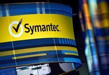 """Логотип Symantec на конференции в Лас-Вегасе, посвященной кибербезопасности. Неизвестная ранее группа хакеров, которую называют """"Strider"""" или """"ProjectSauron"""", атаковала цели в России, Китае, Иране, Швеции, Бельгии и Руанде, сообщили эксперты в области безопасности в понедельник.  REUTERS/David Becker"""
