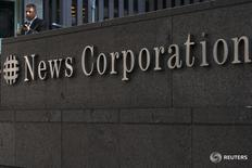 Логотип News Corporation на здании в Нью-Йорке 28 июня 2012 года. Холдинг News Corp, принадлежащий медиамагнату Руперту Мёрдоку, отчитался о неожиданном увеличении квартальной выручки за счёт роста показателей в подразделениях онлайн-услуг и новостей, куда входят Wall Street Journal и New York Post. REUTERS/Keith Bedford