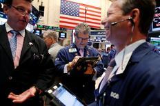 Operadores trabajando en la Bolsa de Nueva York, Estados Unidos. 9 de agosto de 2016. Las acciones en Estados Unidos se movían cerca de máximos históricos el martes debido a que el alza de los títulos de las empresas de tecnología aumentaba el impulso que viene dando al mercado la estabilización de los precios del petróleo. REUTERS/Lucas Jackson